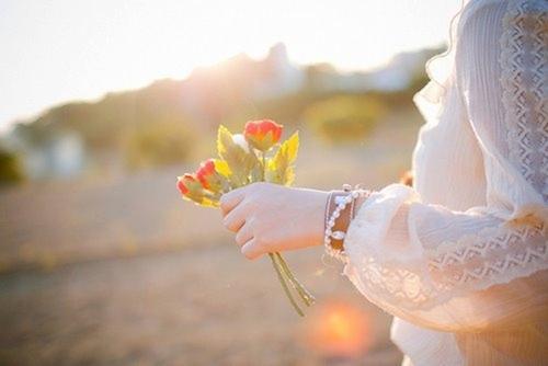 đóa hoa trên tay