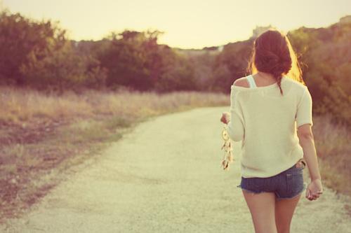 Về đi anh nhé, em vẫn chờ