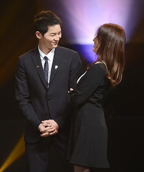 Tình tứ tại lễ trao giải, Song Joong Ky và Song Hye Kyo khiến fan bấn loạn