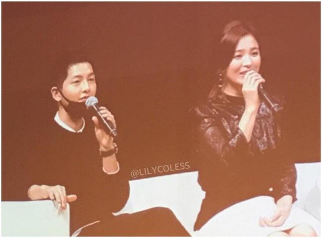 Song Joong Ki và Song Hye Kyo lại khiến fan bấn loạn vì cử chỉ tình tứ