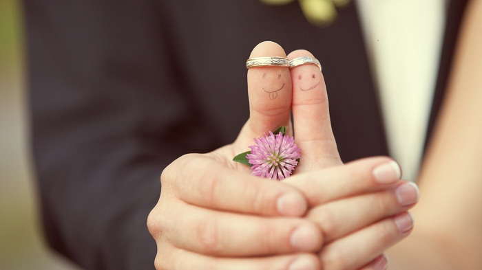 Nắm tay nhau thật chặt