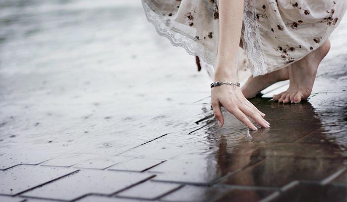 Đợi em bước đi ngang qua ký ức