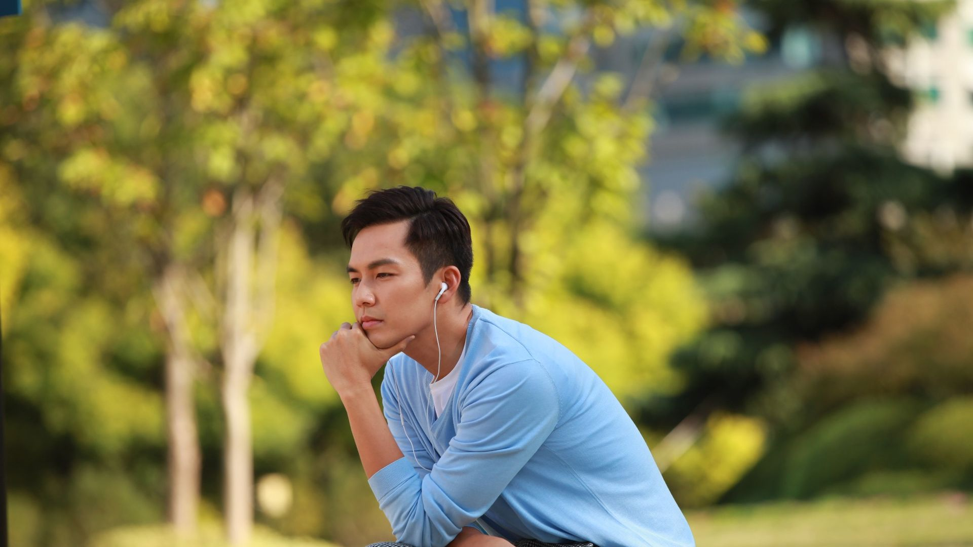 """Chung Hán Lương được """"vợ tin đồn"""" đến tận phim trường chăm sóc"""