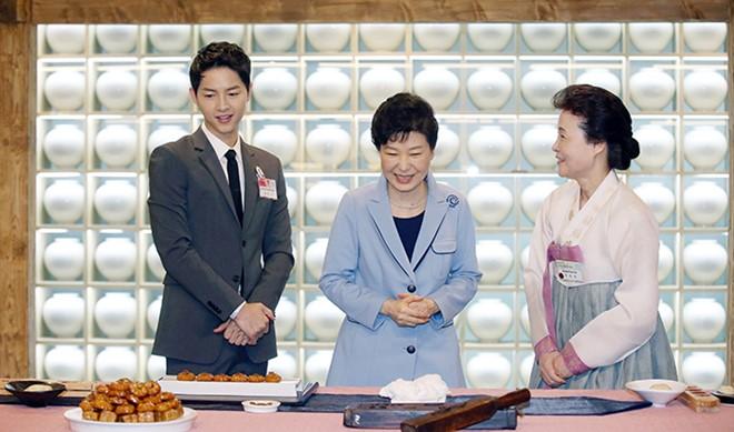 HotNews 13/04: Sao 'Hậu duệ mặt trời' diện kiến Tổng thống Hàn
