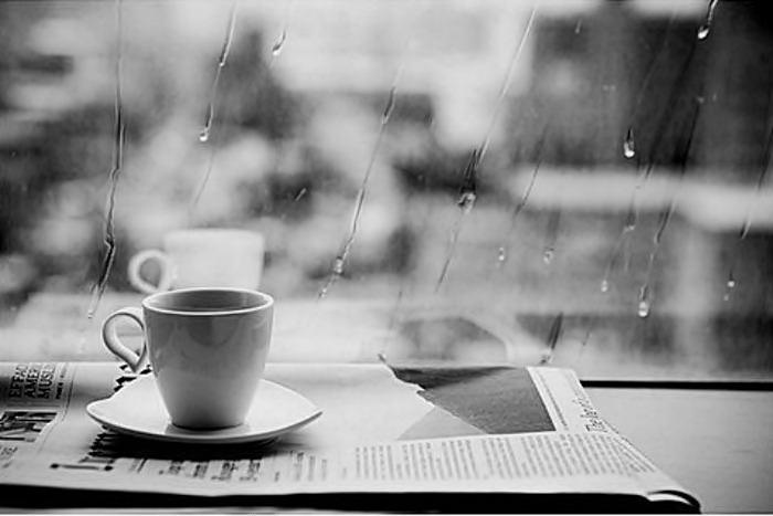 Café một mình trong một chiều mưa hè