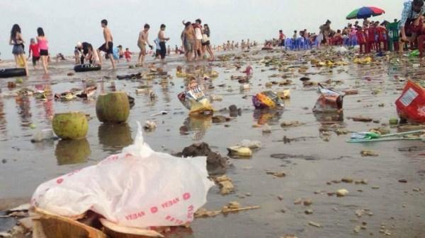 Bãi biển thành bãi rác sau kỳ nghỉ lễ: 'Đó là nỗi nhục của văn hóa Việt Nam'