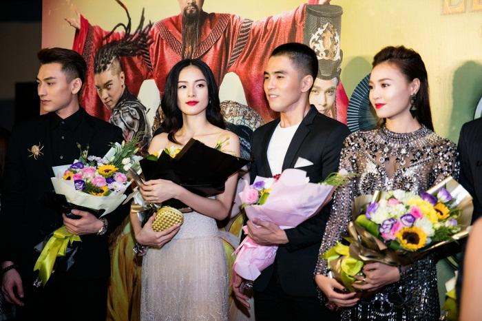 Sau tất cả Phạm Hương là Hoa hậu đầu tiên được fan tặng cả sao thiên văn