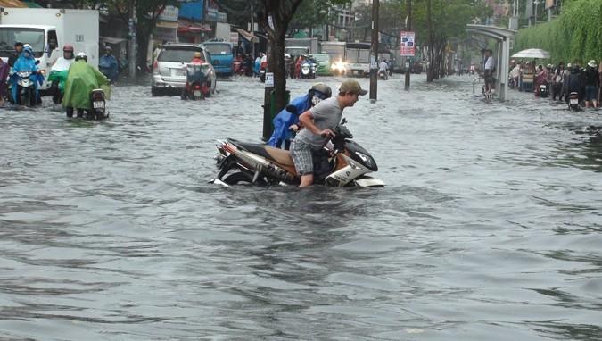 Sài Gòn mùa nước nổi khiến dân hoang mang