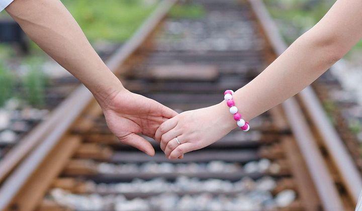 Hãy nắm chặt tay và đưa em đi suốt cuộc đời