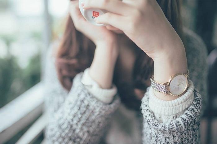 Sao giữa cuộc đời đầy màu sắc em lại chọn nỗi buồn?