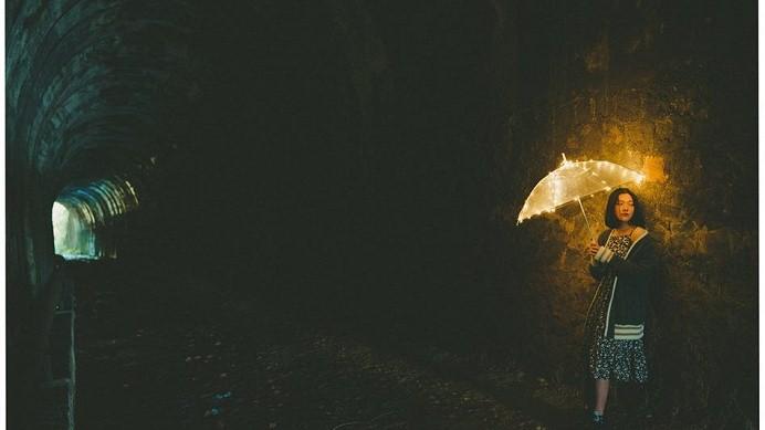 Cô gái đến cùng cơn mưa